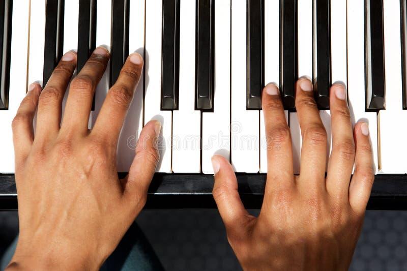 Взгляд сверху женских рук играя рояль стоковые изображения rf
