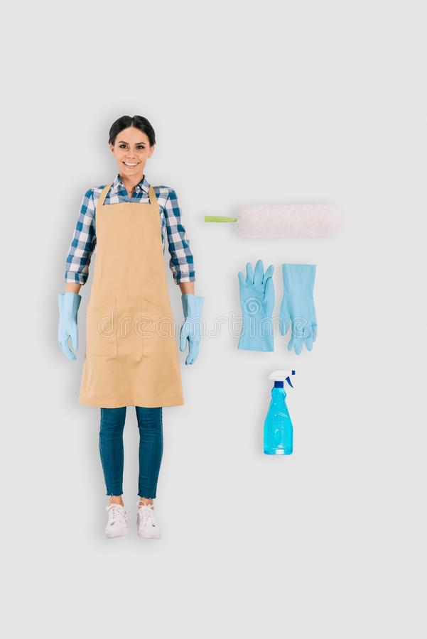взгляд сверху женского уборщика в защитных перчатках с бутылкой и сыпней брызга стоковая фотография