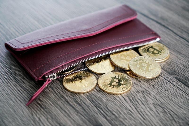 Взгляд сверху золотых bitcoins на красном кожаном бумажнике стоковые фото