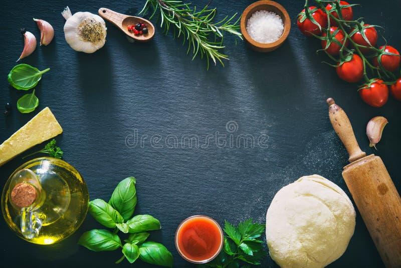 Взгляд сверху ингридиентов для варить пиццу или макаронные изделия стоковое фото