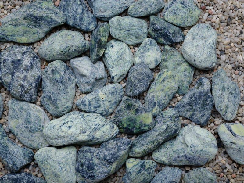 Взгляд сверху камней моря голубых на красочной предпосылке песка Украшение для дома Текстура, концепция украшения стоковое фото