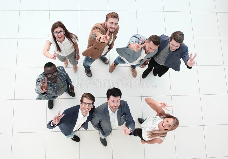 Взгляд сверху команда дела показывает жест победы стоковая фотография rf