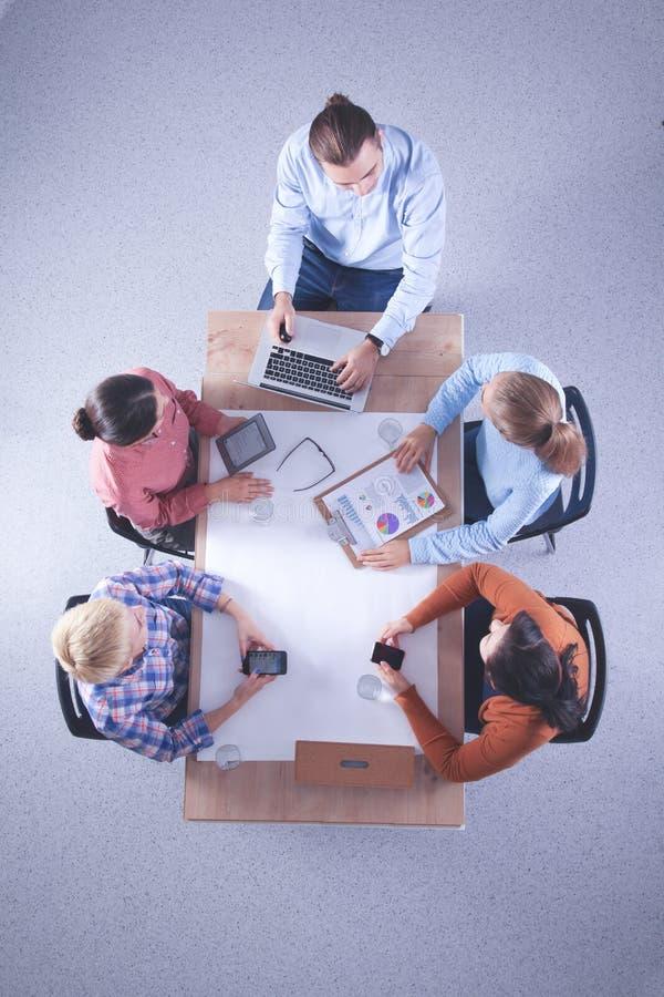 Взгляд сверху команды дела обсуждая новые идеи стоковое фото rf