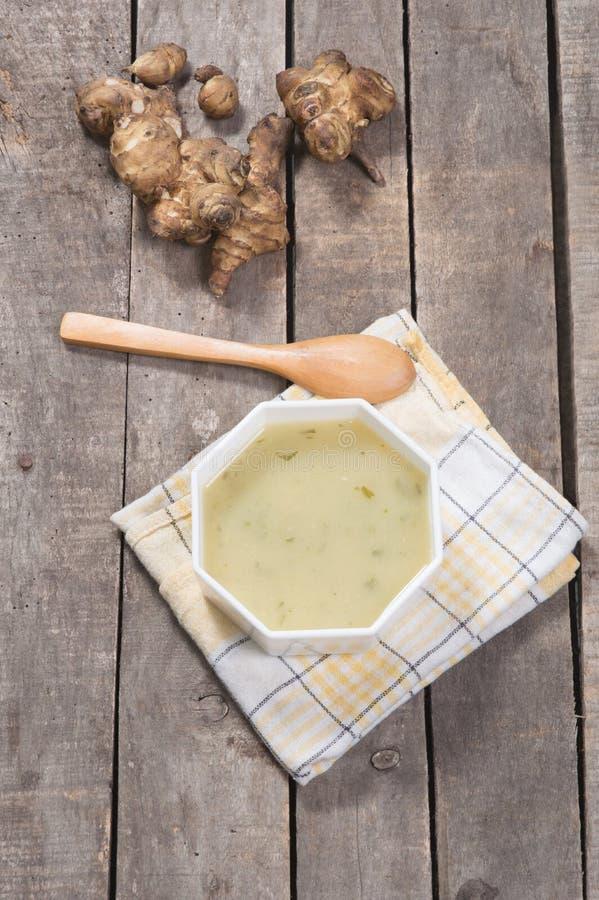Взгляд сверху, который служат супа артишока в белом шаре стоковая фотография rf