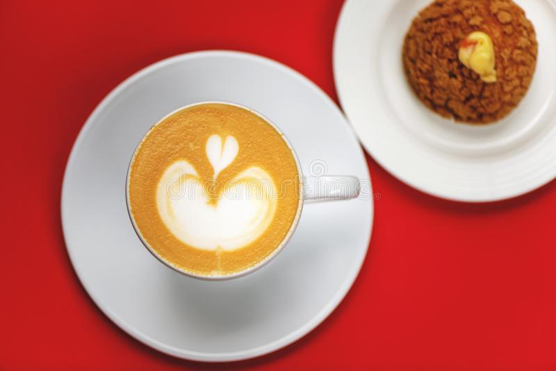 Взгляд сверху кофейной чашки с искусством latte и печеньем choux стоковое изображение rf