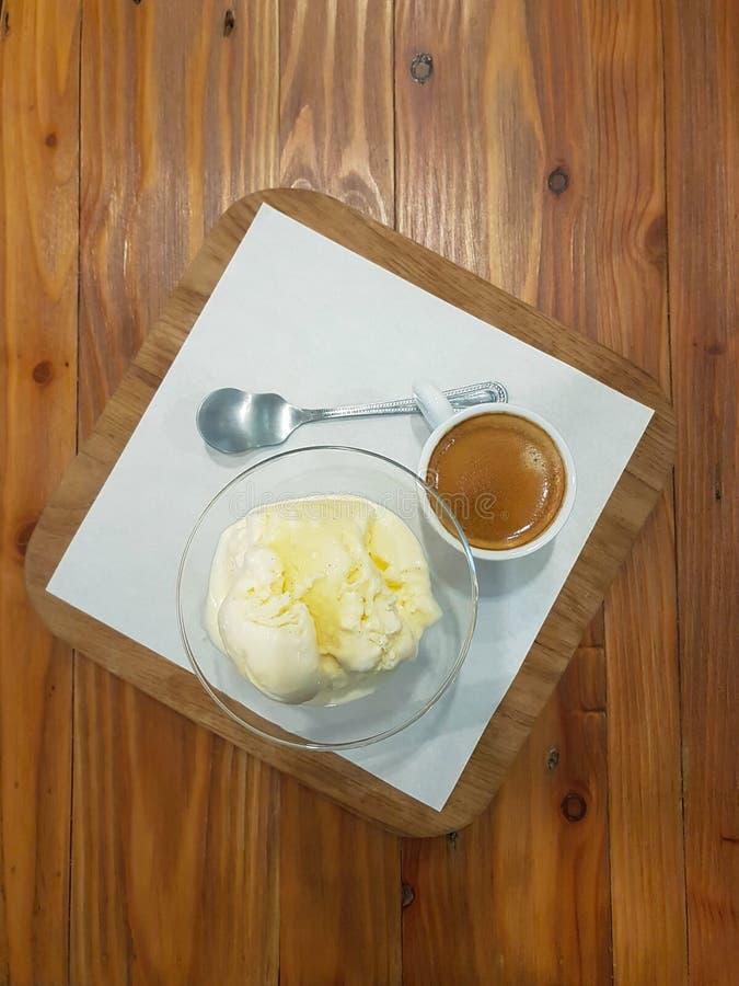 Взгляд сверху кофе affogato; съемка эспрессо служила с ванильным мороженым в кафе стоковое изображение