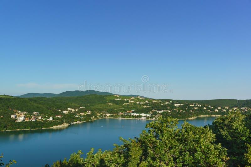 Взгляд сверху красивого озера Abrau и деревни района города Abrau-Durso Novorossiysk стоковая фотография rf