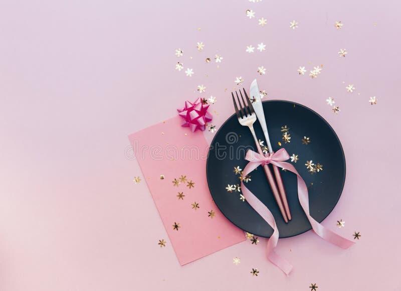 Взгляд сверху красиво украшенной таблицы с плитой, карточкой и столовым прибором стоковое фото