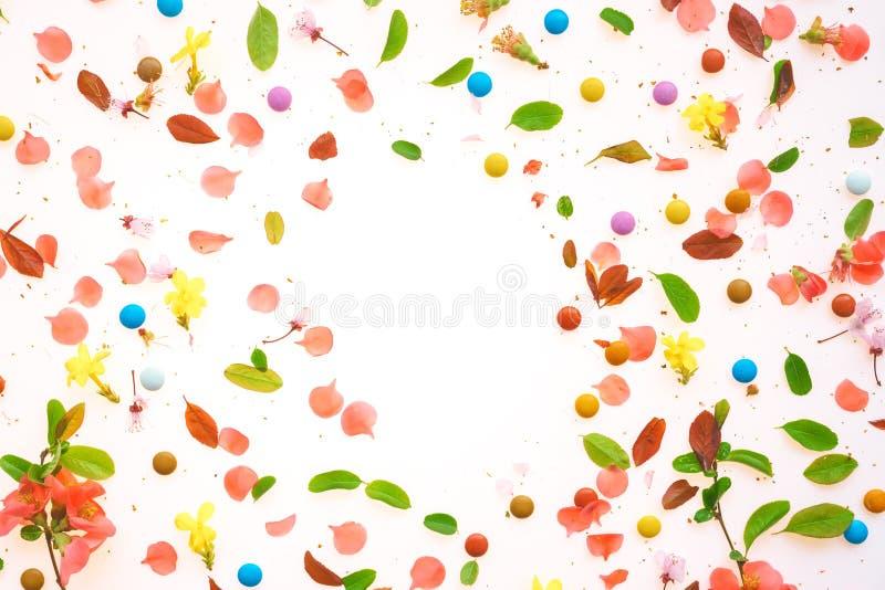 Взгляд сверху красочной предпосылки весеннего времени плоский положенный стоковая фотография