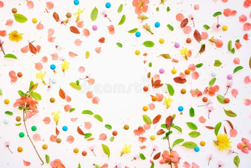 Взгляд сверху красочной предпосылки весеннего времени плоский положенный стоковое фото