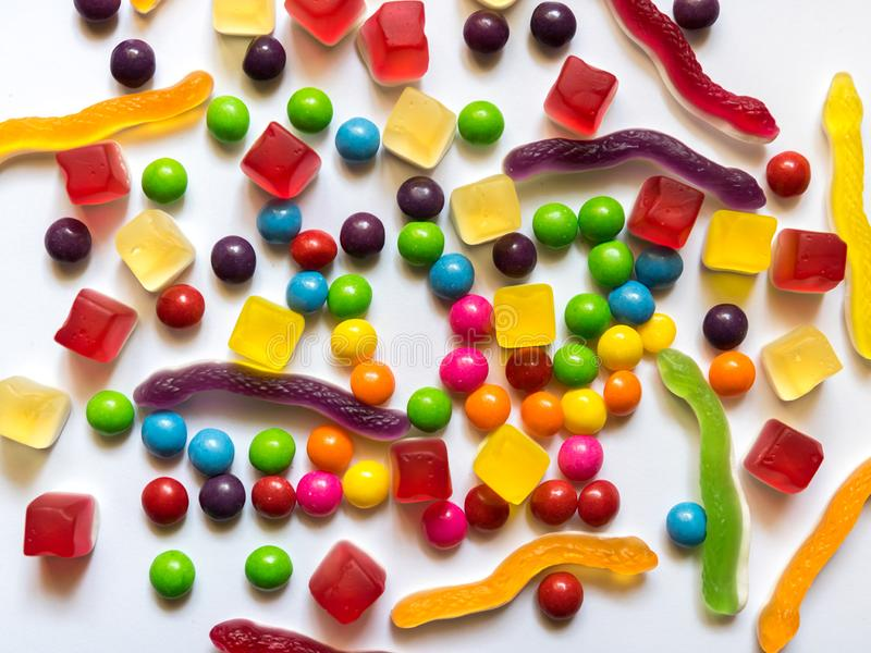 Взгляд сверху красочных конфет трудных и студня на белой предпосылке стоковое изображение rf