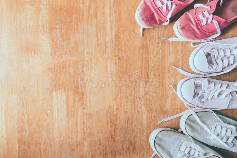 Взгляд сверху красочных тапок на предпосылке деревянного стола стоковое изображение