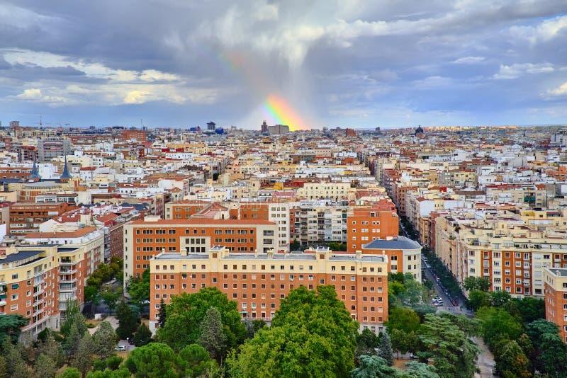 Взгляд сверху крыш Мадрида и радуги после дождя стоковое фото