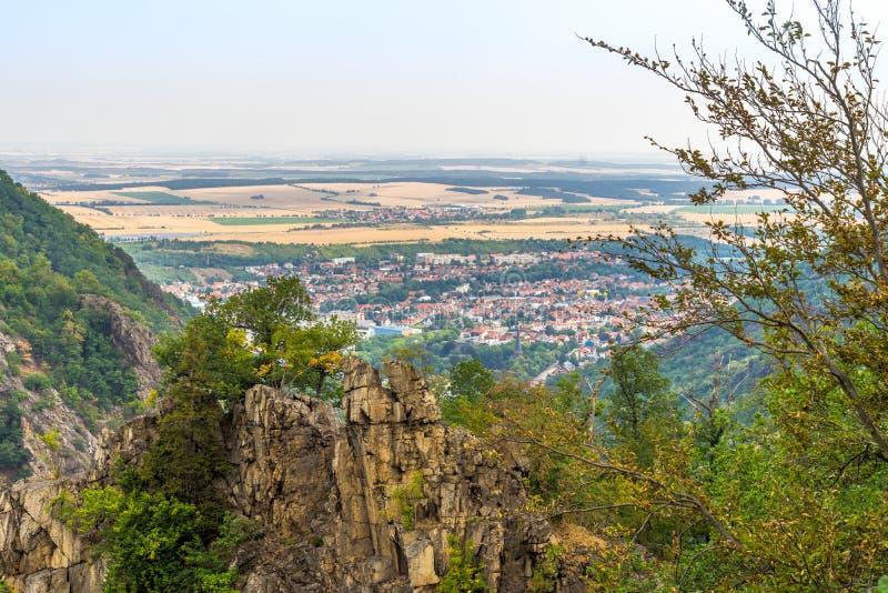 Взгляд сверху к деревне Thale над Rosstrappe в Bodetal около Blankenburg am Harz, Германии стоковые изображения