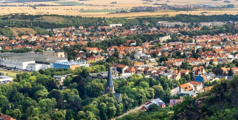 Взгляд сверху к деревне Thale около Blankenburg am Harz, Германии стоковое изображение rf