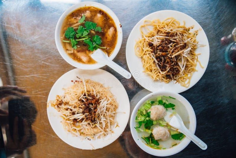 Взгляд сверху лапш яйца с ростком служил с рыбами в подливке и ясном супе с семенить свининой Еда улицы в Тайбэе, Тайване стоковые фото