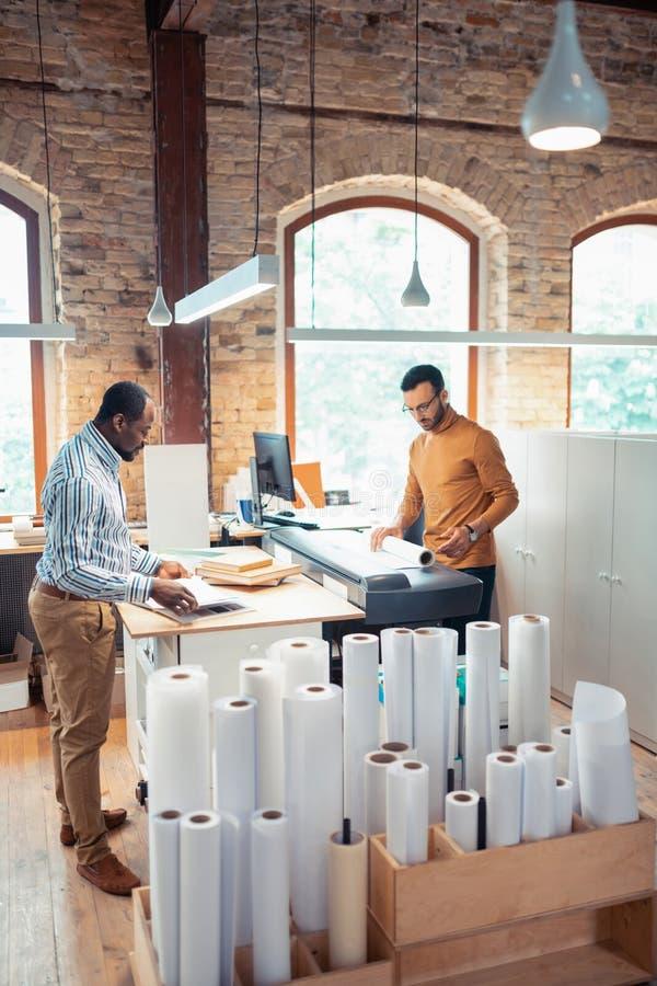 Взгляд сверху людей работая в опубликовывая чувстве офиса занятом стоковые фото