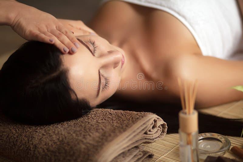 Взгляд сверху милой женщины кладя в салон курорта с закрытыми глазами и расслабленное стоковое изображение rf