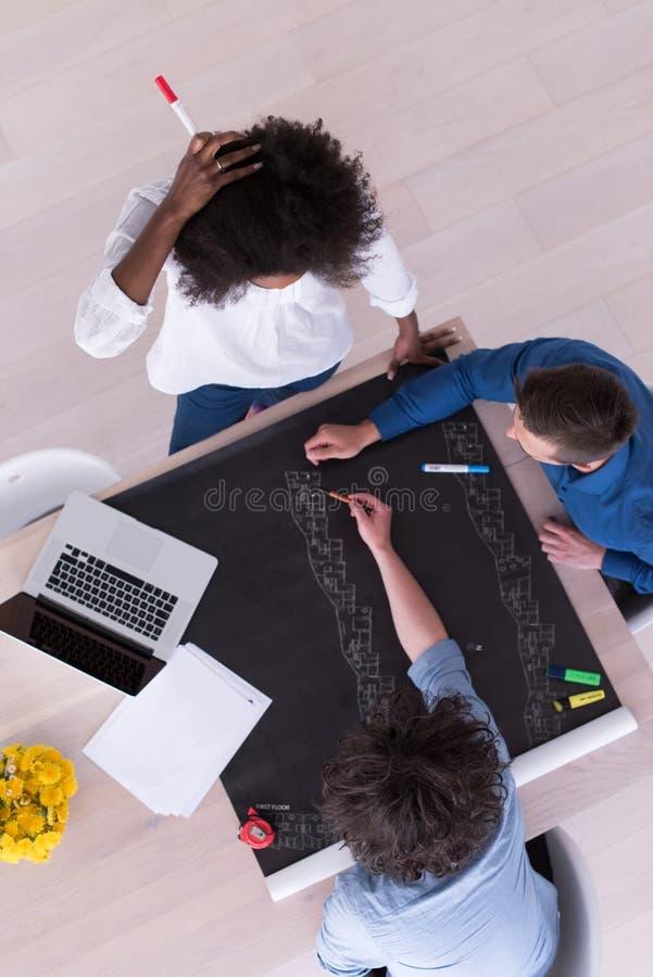 Взгляд сверху многонациональной startup команды дела на встрече стоковые изображения rf