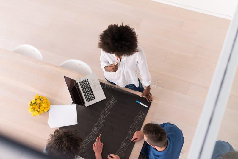 Взгляд сверху многонациональной startup команды дела на встрече стоковое фото rf