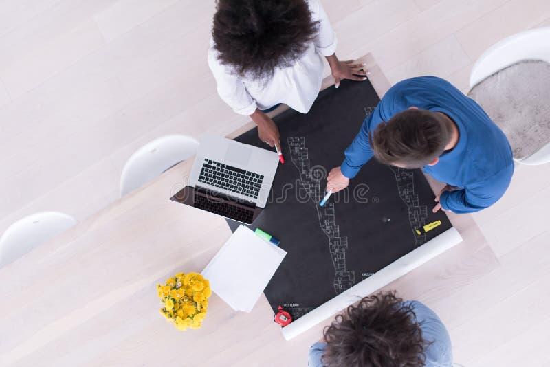 Взгляд сверху многонациональной startup команды дела на встрече стоковая фотография