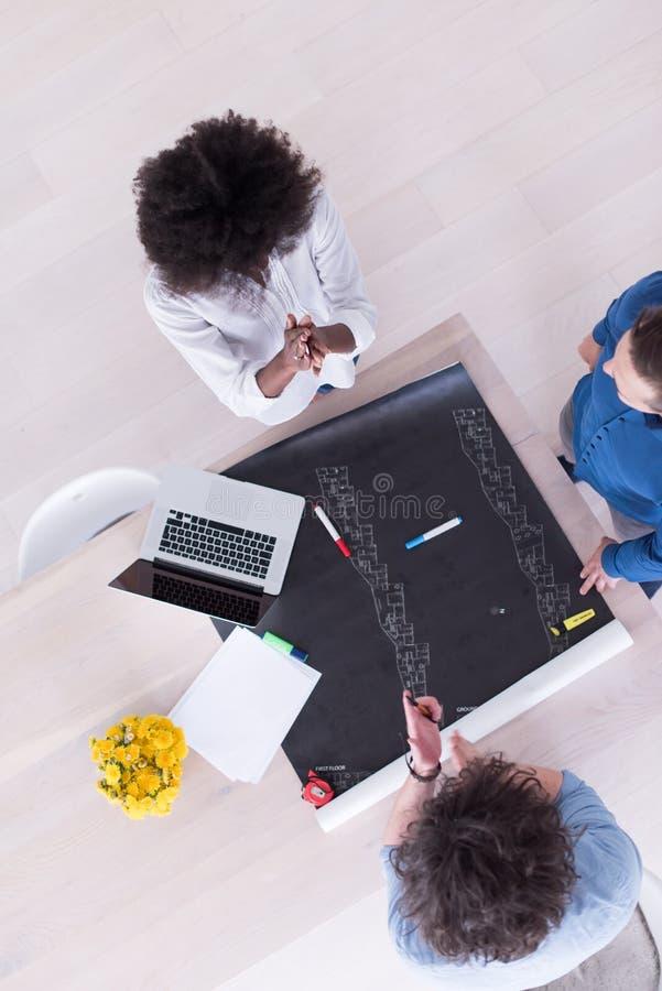 Взгляд сверху многонациональной startup команды дела на встрече стоковые изображения