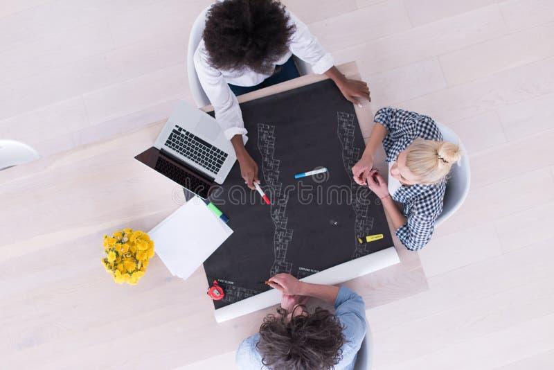 Взгляд сверху многонациональной startup команды дела на встрече стоковое фото