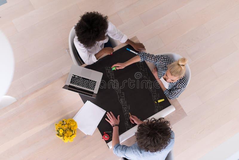 Взгляд сверху многонациональной startup команды дела на встрече стоковая фотография rf