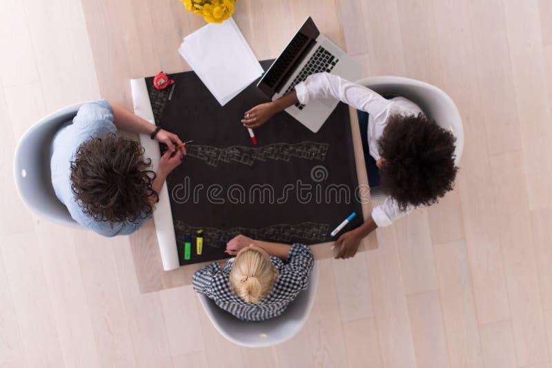 Взгляд сверху многонациональной startup команды дела на встрече стоковые фотографии rf