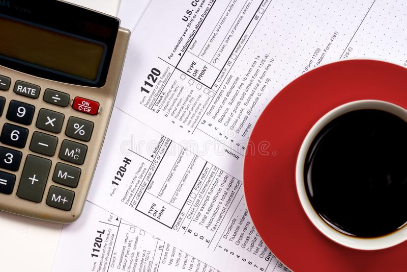 взгляд сверху 1120 налоговых форм с кофейной чашкой стоковое фото