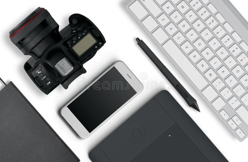 Взгляд сверху настольного компьютера состоять из фотографа камеры, клавиатура, умный телефон на белой предпосылке стола иллюстрация штока