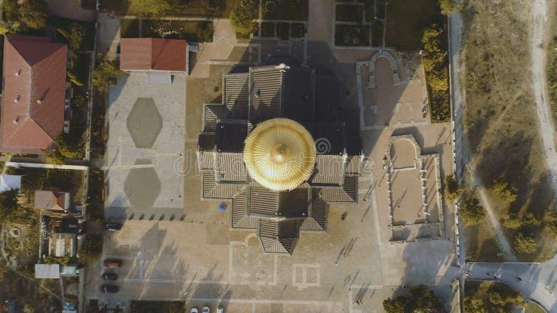 Взгляд сверху на большой христианской церков с Golden Dome съемка Купол церков в центре экрана стоковые фото