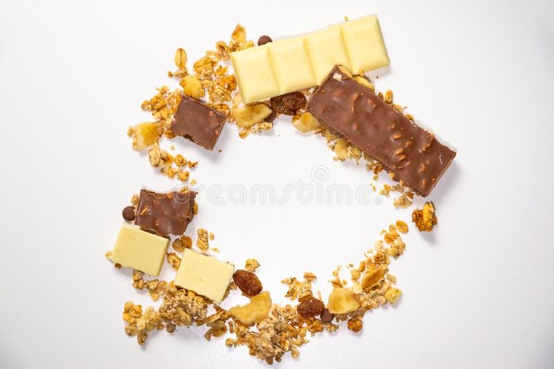 Взгляд сверху на круге сделанном muesli granola/с высушенными плодами Белые коричневые прерванные шоколадные батончики в круге Зд стоковые изображения rf