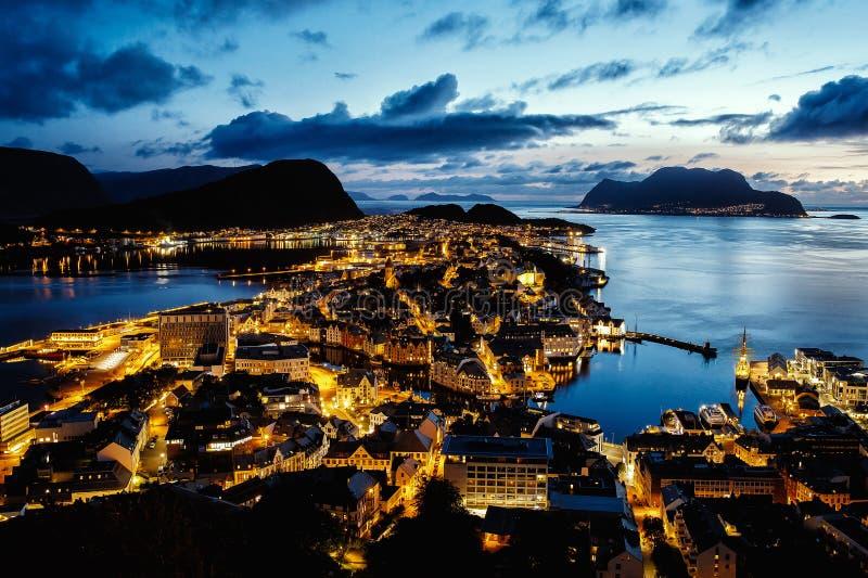 Взгляд сверху норвежского города Alesund, освещение ночи, время захода солнца стоковая фотография