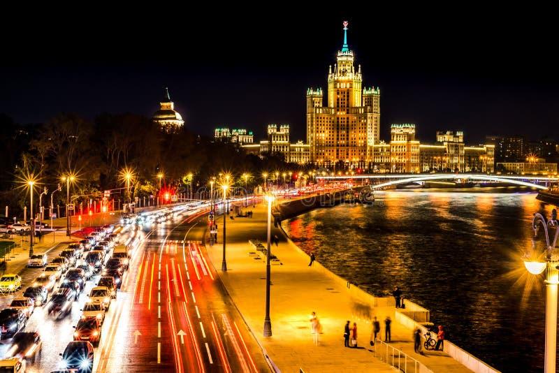 Взгляд сверху ночи зимней Москвы, дома на прогулке портового района, мосте и реке Москвы, России стоковое изображение rf