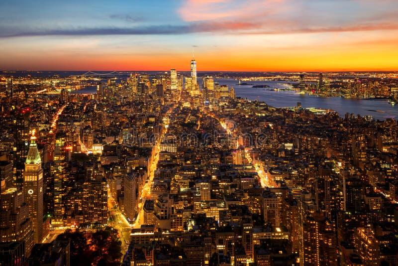 Взгляд сверху Нью-Йорка во времени захода солнца со зданием города a стоковые изображения rf