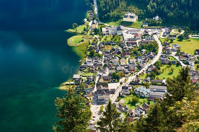 Взгляд сверху озера и Hallstatt на ноге Альпов стоковые изображения rf