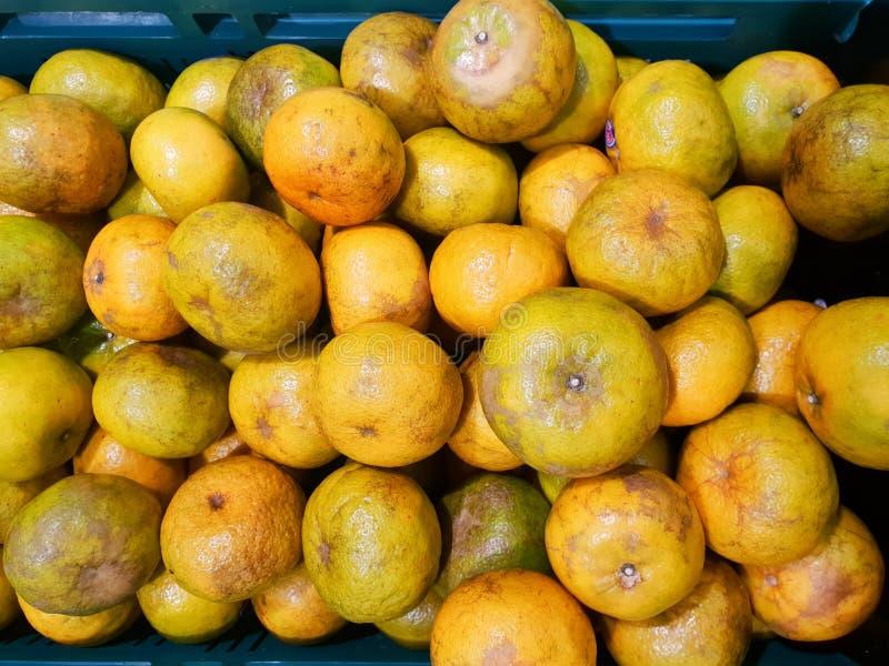 Взгляд сверху оранжевого плодоовощ как предпосылка на стойке рынка в Таиланде стоковая фотография rf