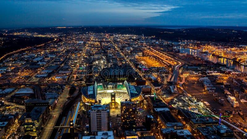 Взгляд сверху осветило дороги ночи в большом городе стоковые изображения rf