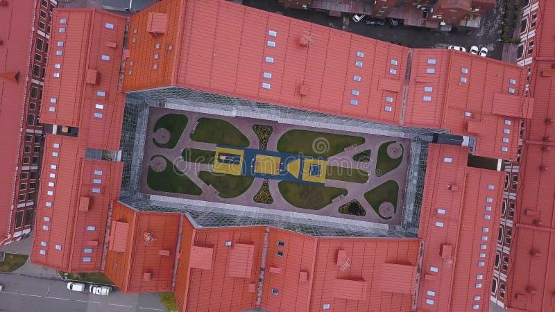 Взгляд сверху открытого пространства в центре здания зажим Открытое место, который нужно ослабить в центре здания короткозамкнуто стоковые изображения rf