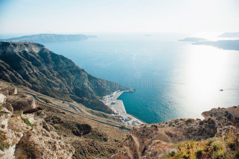 Взгляд сверху от острова Santorini к морю, островам, голубому небу стоковое изображение rf