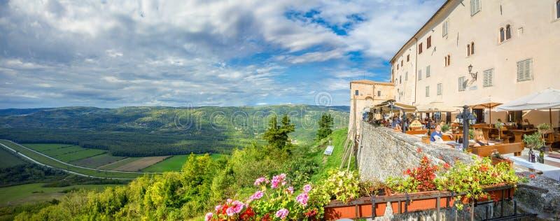 Взгляд сверху от стены городка Motovun Istria, Хорватия стоковое изображение rf