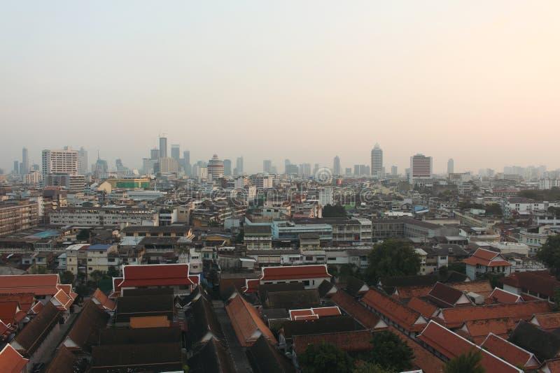 Взгляд сверху от Wat Saket, или Золотая Гора, показывая взгляд городского пейзажа Бангкока Концепция предпосылки перемещения с co стоковые фотографии rf