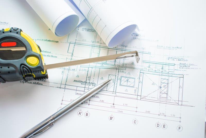 Взгляд сверху офиса архитектора с проектом архитектуры светокопии, ручкой, измеряя лентой и бумагой которая готова использовать стоковое фото rf