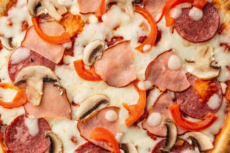 Взгляд сверху очень вкусной пиццы Capricciosa на деревянном столе Ингредиенты слезли томат, сыр, ветчину, грибы, салями стоковое фото