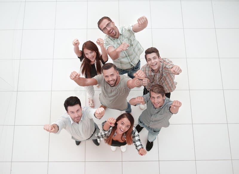 Взгляд сверху очень счастливая команда дела стоковая фотография