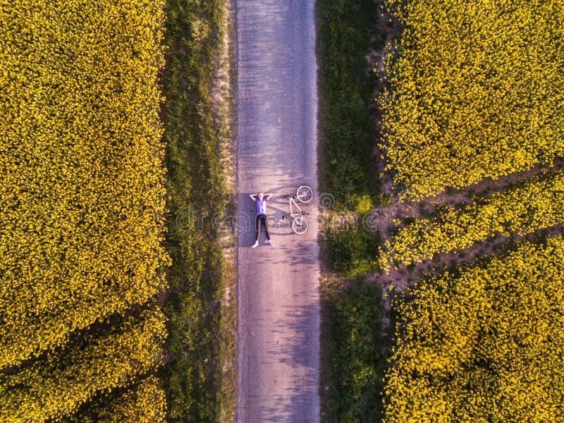 Взгляд сверху персоны с велосипедом на дороге стоковые фотографии rf