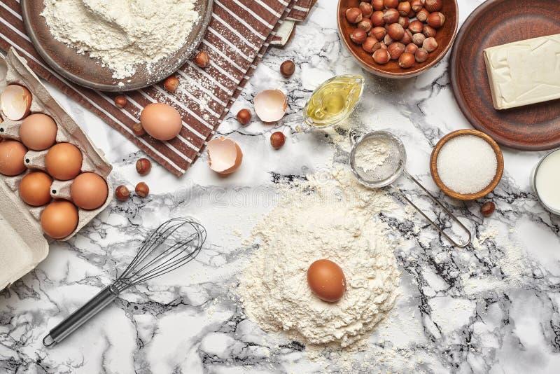 E Взгляд сверху печь ингредиенты и kitchenware на мраморной предпосылке таблицы стоковое изображение rf