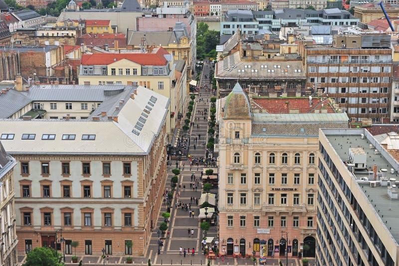 Взгляд сверху пешеходной торговой улицы в Будапеште стоковое фото rf