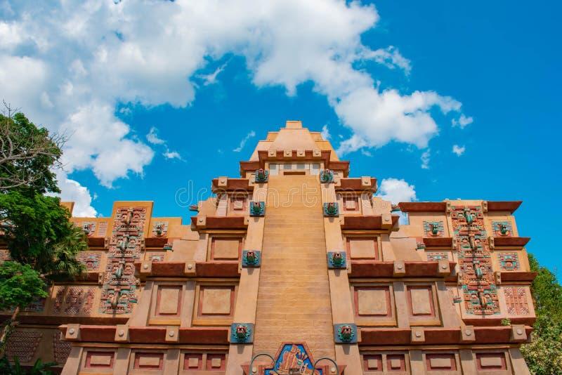 Взгляд сверху пирамиды Майя на lightblue предпосылке облачного неба в павильоне Мексики на Epcot в мире 1 Уолт Дисней стоковые изображения rf